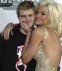 Anna Nicole Smith gives her son, Daniel, a squeeze at a 2004 awards show