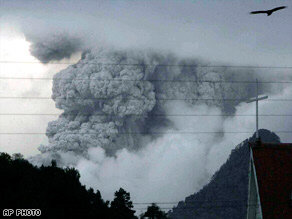 Chaiten volcano continues producing a thick cloud of smoke and ashes