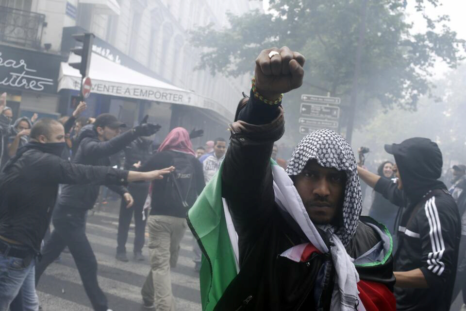 Clashes in Paris as thousands march against Israel offensive