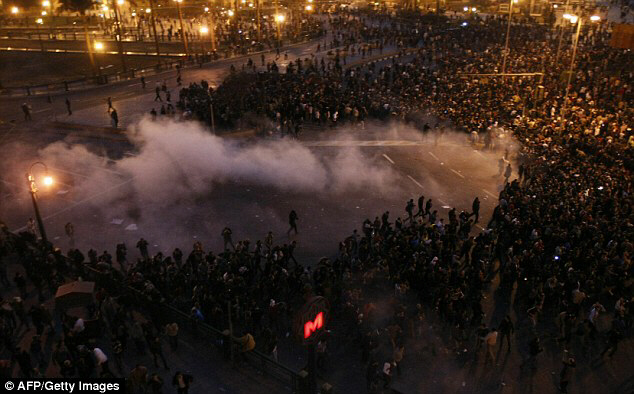 In darkness, protesters demand resignation of Hosni Mubarak