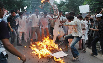 Indian Muslims burn an effigy of Pope Benedict XVI