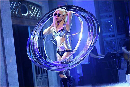 Lady Gaga simulates the Nephilim technology by wearing, as costume, the 'magic bands'