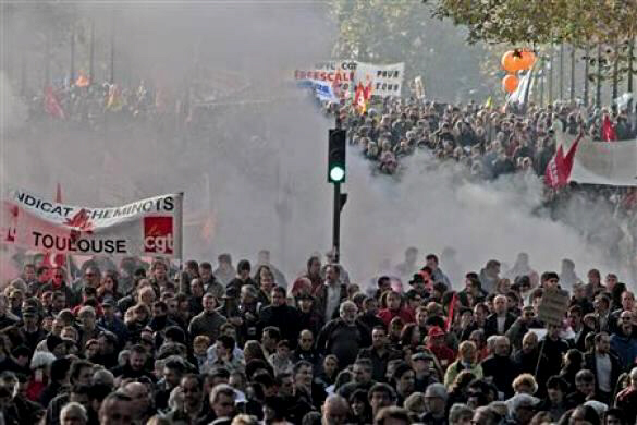 Private and public sector workers demonstrate over pension reforms in Toulouse October 28, 2010. REUTERS/Jean-Philippe Arles
