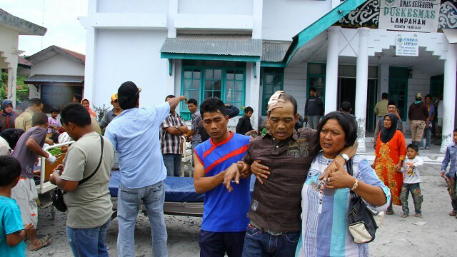Quake survivors outside hospital in Aceh province