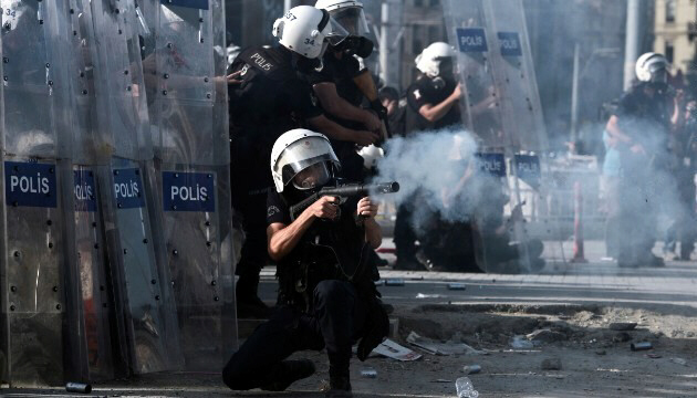 Riot police fire tear gas at demonstrators in Taksim Square