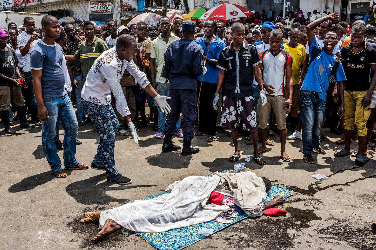 The body of a man who died of Ebola on a Liberia street