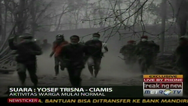 Thousands race to escape Indonesian volcano