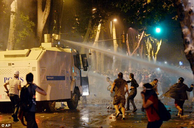 Turkish protesters hurl rocks at riot police