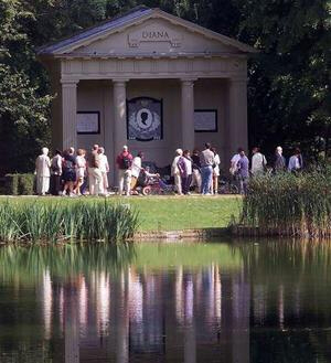 Visitors pay their respects at Althorp, Northamptonshire, Diana's resting place (July 1, 2007). Photo: Reuters