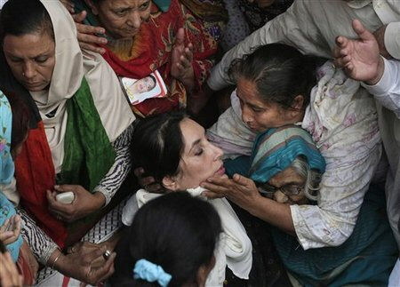 Women surround fatally wounded Benazir Bhutto